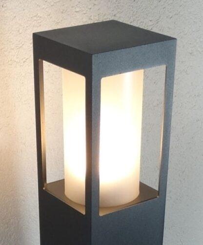 Lampa ogrodowa SQUER 55 z bliska - zapalona