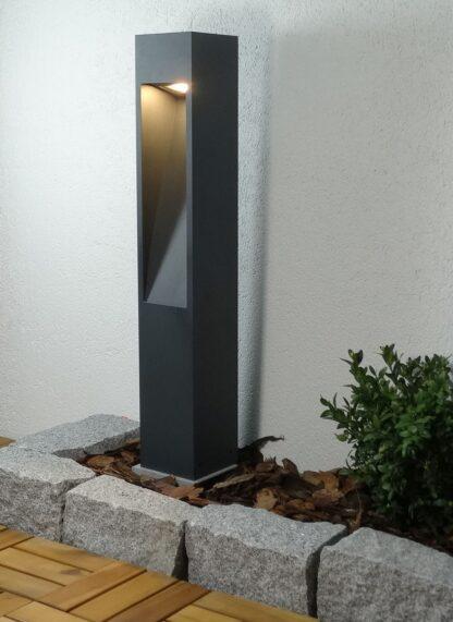 Lampa ogrodowa - zapalona